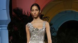 Modelka na prehliadke Oscar de la Renta v New Yorku predvádza šaty z kolekcie Jar/Leto 2020.