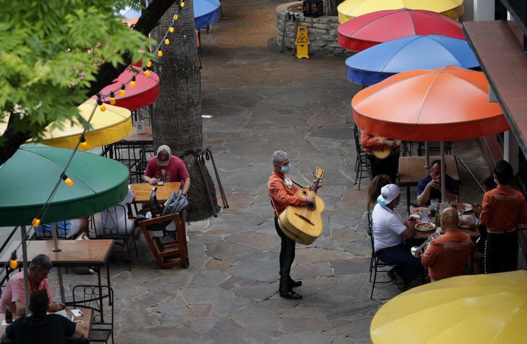 Texas, koronavírus, rúško, gitarista, kaviareň, reštaurácia
