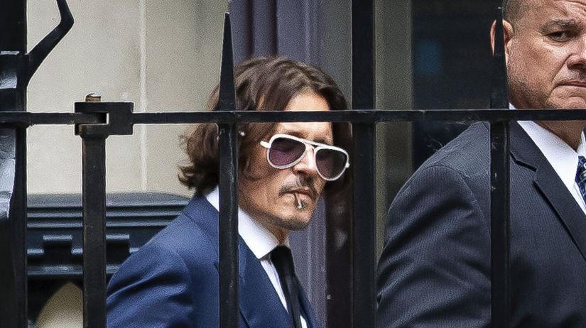 Herec Johnny Depp odchádzal zo súdu v Londýne...