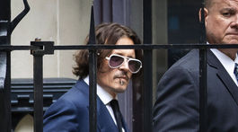 Herec Johnny Depp odchádzal zo súdu v Londýne už bez šatky na ústach.