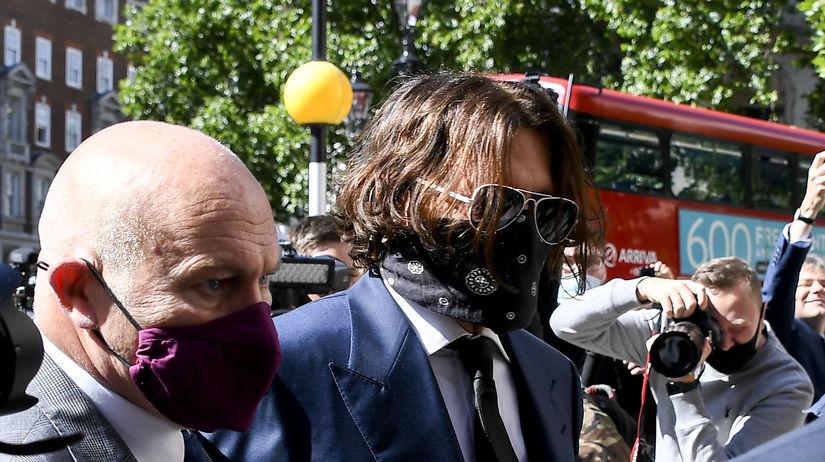 Herec Johnny Depp prichádza na súd v Londýne.