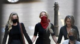 Herečka Amber Heard (v strede) v sprievode svojich právnych zástupkýň prichádza na súd v Londýne.