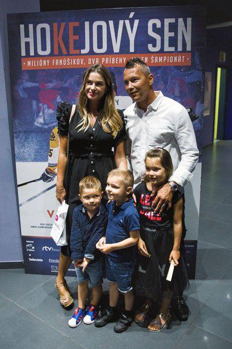 Hokejista Ladislav Nagy s rodinou na premiére...