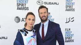 Herec Armie Hammer a jeho manželka Elizabeth Chambers na archívnom zábere z februára 2019.