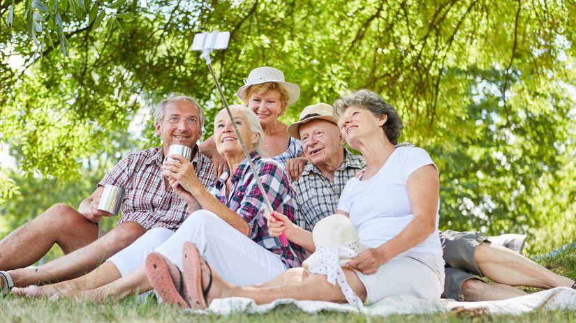 dôchodcovia, penzisti, selfie, oddych, radosť,...