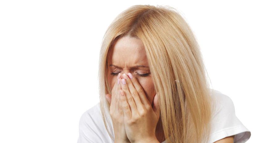 žena, kýchanie, príznaky, alergia, nádcha
