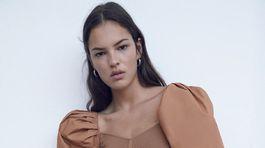Dámska blúzka s naberanými rukávmi Zara, predáva sa za 29,99 eura.