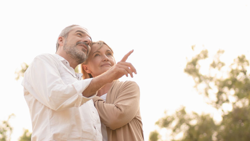 dôchodcovia, penzisti, manželia, ukazovanie