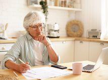 žena, dôchodkyňa, rozmýšľanie, písanie, práca