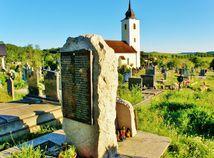 Pomník rómskeho holokaustu na cintoríne v Slatine