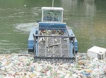 Ružín je zaplavený odpadom, nádrž čistil špeciálny kombajn
