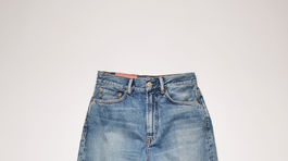 Skosené džínsy Acne Studios, predávajú sa v zľave za 128 eur.