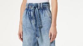 Skosené džínsy s vysokým pásom a viazačkou Liu Jo. Predávajú sa v zľave za 64,95 eura.