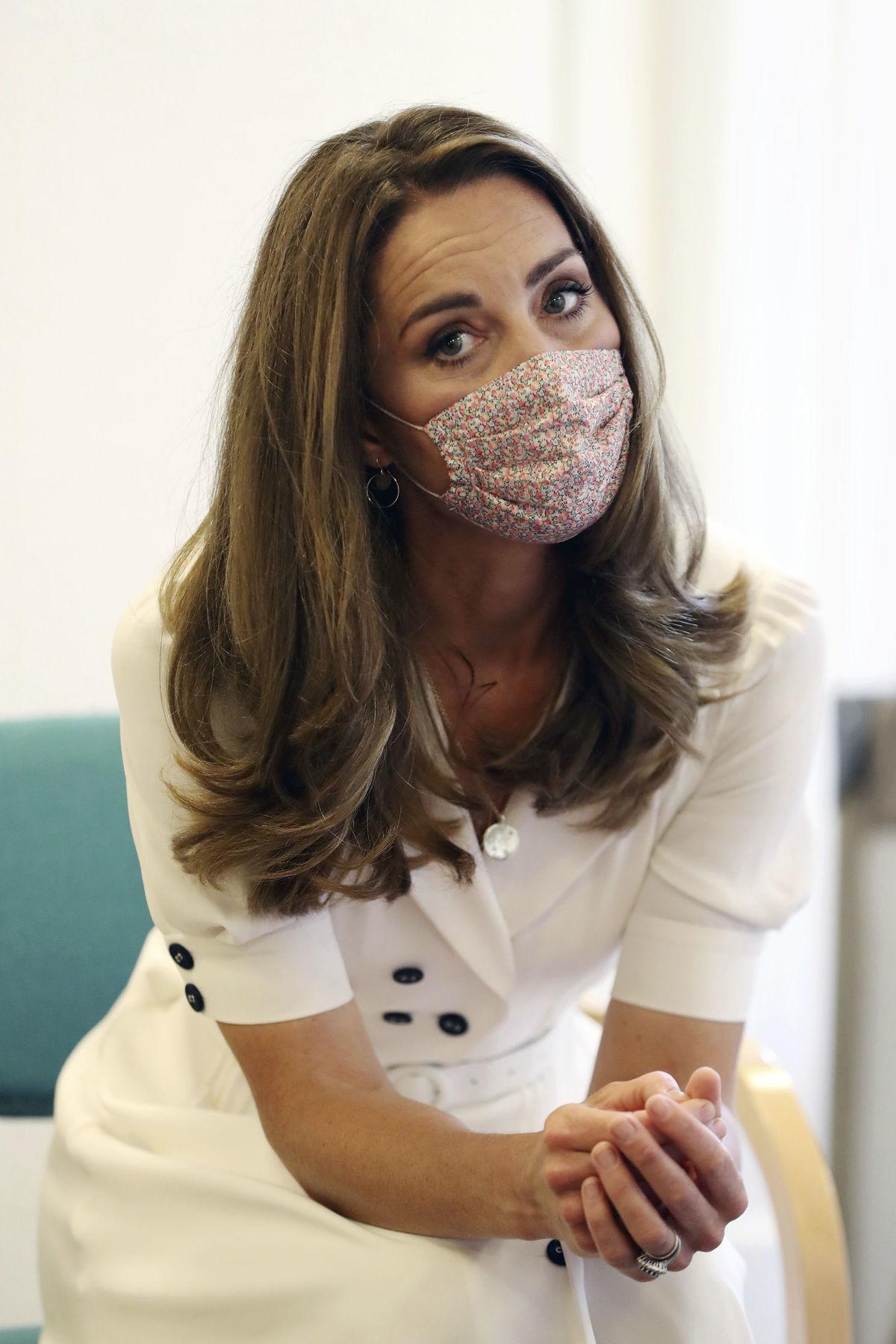 Vojvodkyňa Kate s rúškom v detskom centre - Fotogaléria - Koktail ...