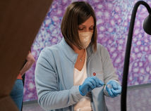 V stredu testy potvrdili takmer 50 infikovaných