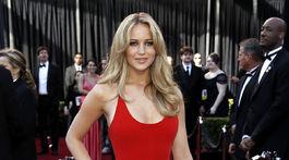 Rok 2011: Herečka Jennifer Lawrence na oscarovom ceremoniáli v kreácii Calvin Klein Collection.