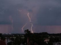 SHMÚ varuje pred silnými búrkami i prívalovou povodňou