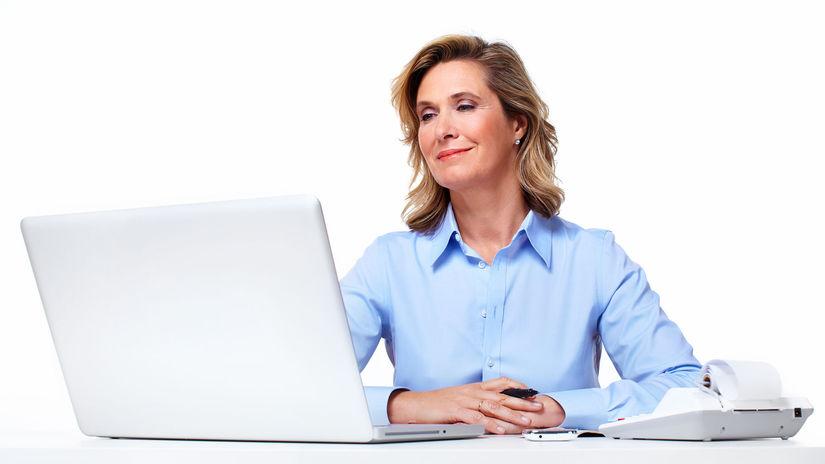 žena, penzistka, práca, notebook, účtovníctvo