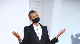 Herečka Anna Foglietta pózovala na otvorení filmového festivalu v Benátkach, ktorý má tento rok pre pandémiu koronavírusu zmenenú podobu.