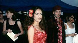 Herečka Salma Hayek na zábere z roku 1997 v pestrých šatách s kvetinovým vzorom.