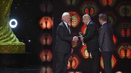 Producent Ján Mojto (vľavo) vstúpil do Siene slávy. Cenu mu odovzdal Jaroslav Rezník z RTVS.