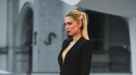 Herečka Vanessa Kirby v kreácii Armani Privé na premiére filmu The World to come.