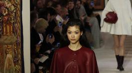 Kožený plášť na spôsob peleríny z dielne značky Lanvin a jej kolekcie na sezónu jeseň/zima 2020.