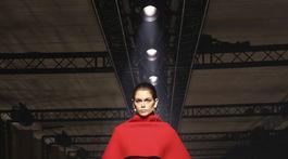Model šiat s aranžovaným skráteným pláštikom z dielne značky Givenchy a jej kolekcie na sezónu jeseň/zima 2020.