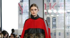 Pelerína v kombinácii kabáta a plášťa z dielne Longchamp.