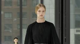 Fashion Večerný model šiat s aranžovaným plášťom z dielne značky Carolina Herrera.