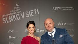 Herec Gregor Hološko získal Slnko v sieti za výkon vo filme Amnestie. Odovzdávala mu cenu Zuzana Porubjaková.