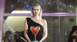 Britská herečka Vanessa Kirby si odniesla domov cenu pre najlepšiu herečku za výkon vo filme Pieces of woman.