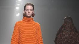 Modelka v pletenej kombinácii svetra a sukne na prehliadke Christian Wijnants' v Paríži.