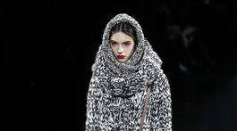 Modelka v pletenej kombinácii z dielne značky Dolce & Gabbana.