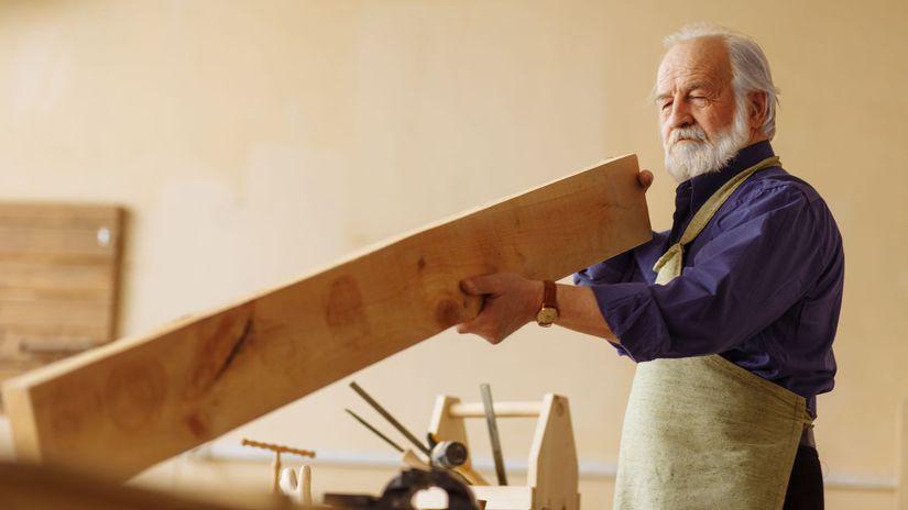 pracujúci penzista, drevo, práca