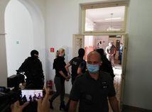Vychudnutú Jankovskú priviezli na súd. Neje, pije len vodu a čaj