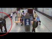 Divočina v Prahe. Nemal rúško, polícia ho spacifikovala