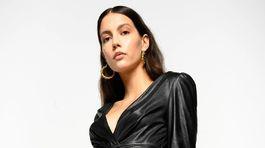 Čierne šaty s koženým efektom Pinko, predávajú sa za 260 eur.