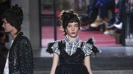 Modelka v čiernych šatách na prehliadke Antonio Marras v Miláne.