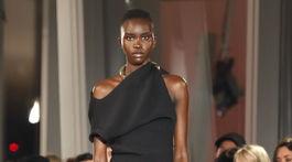 Modelka v čiernych šatách na prehliadke Proenza Schouler v New Yorku.