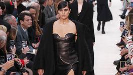 Modelka v sexy kožených šatách na prehliadke Valentino v Paríži.