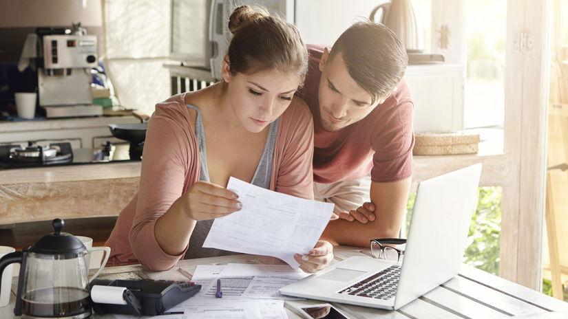 manželia, čítanie, papiere, kuchyňa, účtovníctvo