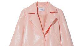 Dámske kabát s lakovaným dezénom Reserved, predáva sa za 59,99 eura.