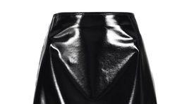 Krátka sukňa s vinylovou úpravou Pinko, predáva sa za 260 eur.