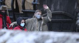 Herec Matt Damon s ochranným rúškom na tvári počas prestávky v nakrúcaní filmu Last Duel.