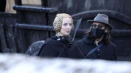 Herečka Jodie Comer na nakrúcaní filmu režiséra Ridleyho Scotta Last Duel s ochranným plastovým štítom na tvári.