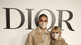 Herečka Maisie Williams a jej partner Reuben Selby pred prehliadkou značky Dior v Paríži.