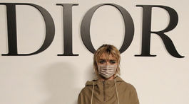 Herečka Maisie Williams pred prehliadkou značky Dior v Paríži.