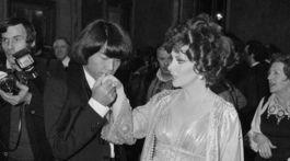 Záber z roku 1977, na ktorom Kenzo Takada bozkáva ruku talianskej herečky Giny Lollobrigidy.