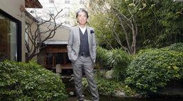 Záber z roku 2009: Dizajnér Kenzo Takada pred svojím domov v Paríži.
